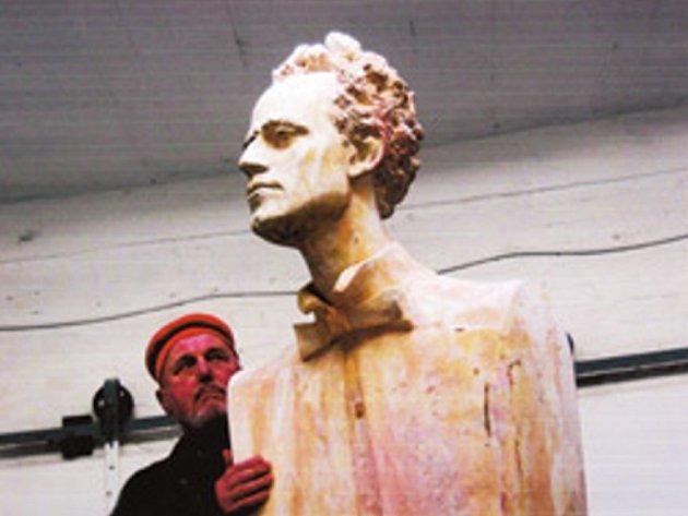 Práce na soše pro park Gustava Mahlera v Jihlavě.