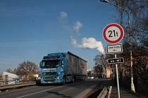 Začátkem listopadu se na železničním mostu v Pávovské ulici u Kronospanu objevilo omezení.