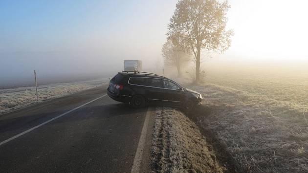 Policisté hledají svědky čtvrteční nehody mezi obcemi Jamné a Zhoř na Jihlavsku, při níž skončil vůz VW Passat v příkopu. Řidič druhého auta z místa havárie ujel.