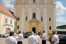 Klášter v Nové Říši je chodbou spojen s kostelem svatého Petra a Pavla. Jedná se o barokní jednolodní stavbu se dvěma kaplemi.