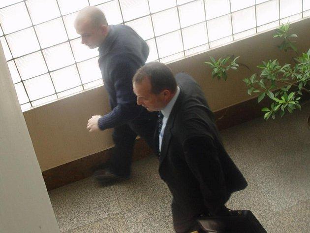 Tomáš Lacina (blíže u okna) odchází se svým obhájcem od soudu v Pardubicích s vědomím, že musí na 8 měsíců do vězení.