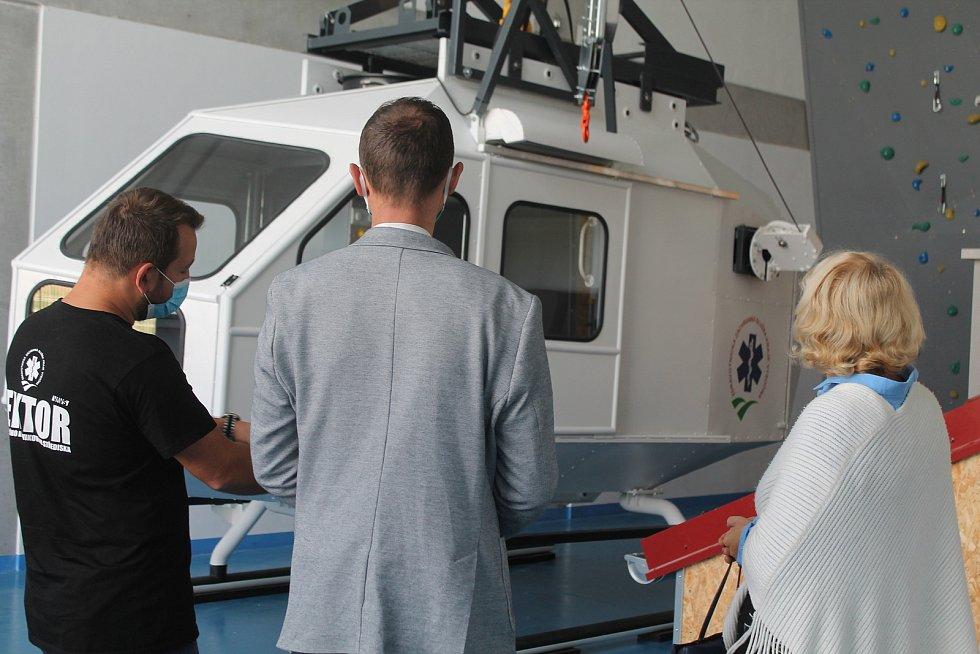 Výcvikové centrum Zdravotnické záchranné služby Kraje Vysočina má unikátní torzo vrtulníku, se zájmem si ho prohlédli i krajští radní.