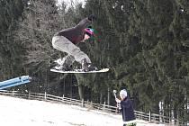 Nejrůznější triky na snowboardu v sobotu předváděla parta mladých lidí, kteráv Brtnici otevřela nový snowboardový park.