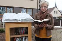Knihobudka ve Ždírci je dílem učitelky z Dobronína Zuzany Svobodové.