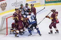 Jihlavští hokejisté (v rudém) měli proti Havířovu navrch, ale body mají jen dva. Vyhráli až v prodloužení 2:1.