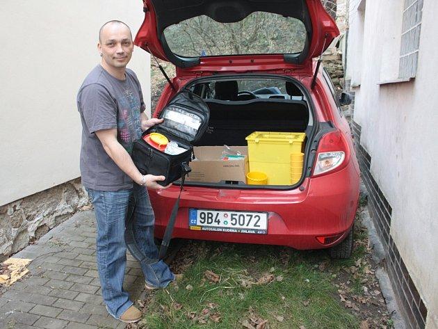 Terénní pracovník Josef Novotný u auta, se kterým vyráží například do Třeště nebo do Telče.