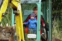 Sdružení Mokřady - ochrana a management pořádá akce pro veřejnost, kde si zájemci mohou vyzkoušet i bagrování tůní. To se líbí hlavně dětem.