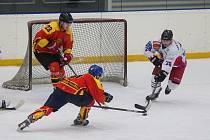 Hokejisté Telče (v bílém) měli v pátek sehrát první ostrý mač nové sezony. Velké Meziříčí B ale kvůli karanténě áčka a příznakům nemoci některých hráčů zápas zrušil.