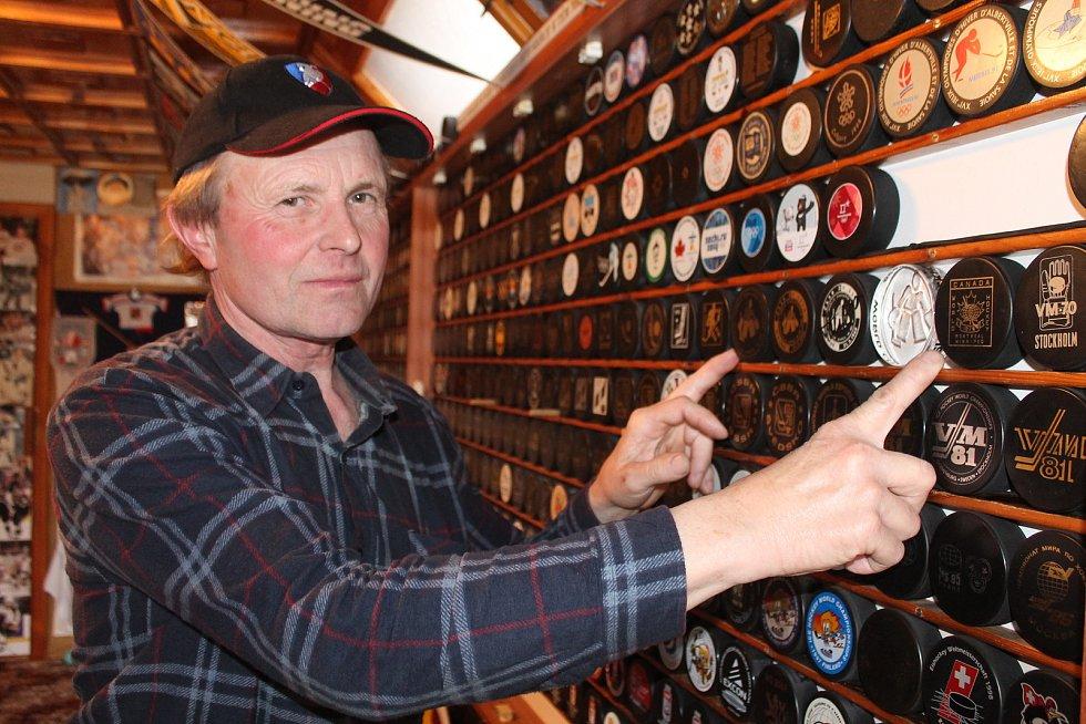František Pokorný ze Staré Říše se sbírání puků věnuje od sedmdesátých let.