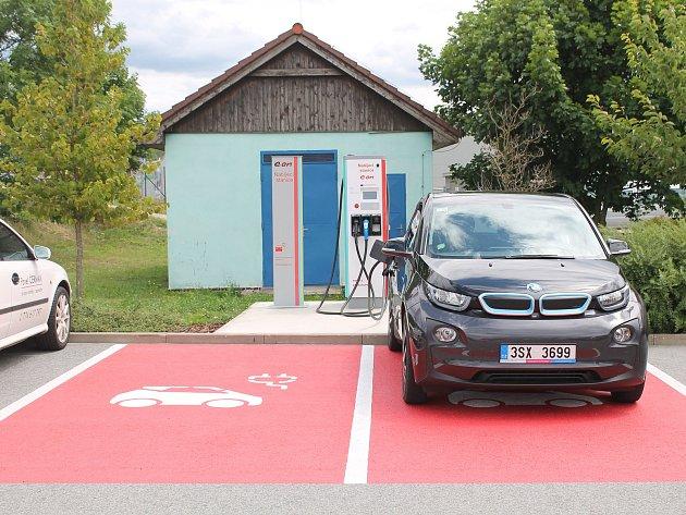 Na parkovišti v jihlavské nákupní zóně mají elektromobily svou první rychlodobíjecí stanici.
