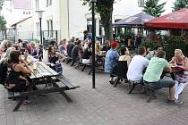 Kulturní léto v Pivovarské restauraci, to je pivo, pohoda a muzika.