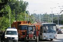 Nehoda popelářského vozu a osobního auta ochromila ráno trolejbusovou dopravu v Jihlavě.