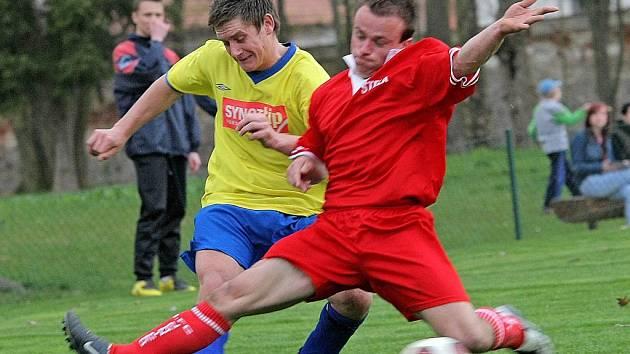 Fotbalisté Jemnicka (v červeném) už zaskočili během jarní části nejednoho favorita. Nyní je čeká lídr krajského přeboru z Hartvíkovic.