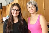 Mladé trenérky. Martina Brožková (vlevo) a  Michaela Toufarová trénují mažoretky v Brtnici už několik let, v sobotu organizovaly soutěž mažoretek.
