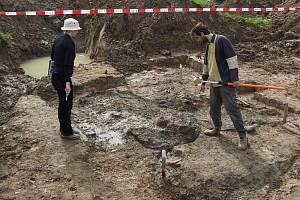 Lidské ostatky vykopali antropologové a kriminalisté na louce Budínka vloni v srpnu.