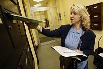 Oproti minulým sčítáním lidu bude letos mnohem významnější roli Česká pošta a její doručovatelky. V celé zemi se počítá s jedenácti tisícovkami sčítacích komisařů.