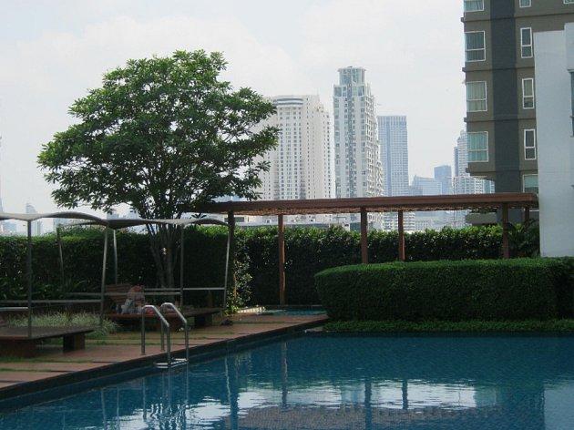 Bazény jsou vThajsku často součástí bytových domů, nezřídka bývají na střechách nebo terasách.