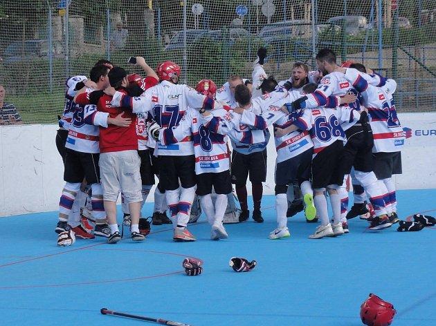 Hokejbalisté SK Jihlava B mají už čtvrtý titul v řadě v kapse! Radovat se mohli po dramatickém boji, který rozhodl těsně před koncem druhým gólem Smutný.