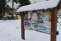 Nástěnka v Olšanech je plná plakátů, ani jeden se ale netýká volby hlavy státu.
