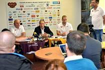 Nebojí se. Trenér Petr Vlk, jednatel Bedřich Ščerban i kapitán týmu Tomáš Čachotský (zleva) věří, že Dukla bude hrát v extralize důstojnou roli.