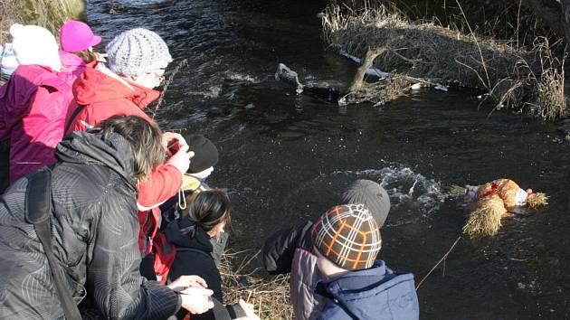 Hodická Morana skončila v řece. Děti pak po ní házely kameny a zpívaly jí písničky na rozloučenou. Kvůli tomu, aby mohlo přijít jaro.