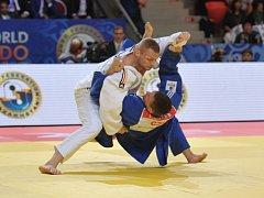 Lukáš Krpálek (v modrém kimonu) se nechal okontrovat po nevydařeném útoku od Němce Dimitriho Peterse. Musel se rozloučit i s bronzem.