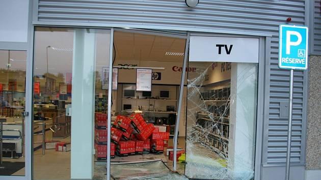 Rozbitou výlohu pelhřimovského obchodu majitelé hned po ránu vyměnili.