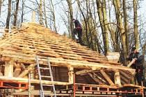 Na prostranství před hradem Roštejnem vzniká nový prostor pro volnočasové aktivity. Sloužit bude k odpočinku, posezení i pořádání kulturních akcí. Dřevěné stavby mají být hotové do konce letošního roku.