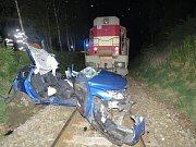Nehoda osobního vozu s vlakem se stala v úterý 24. dubna po dvacáté hodině večer. Ke střetu s manipulačním nákladním vlakem došlo na nezabezpečeném železničním přejezdu v Třešti.