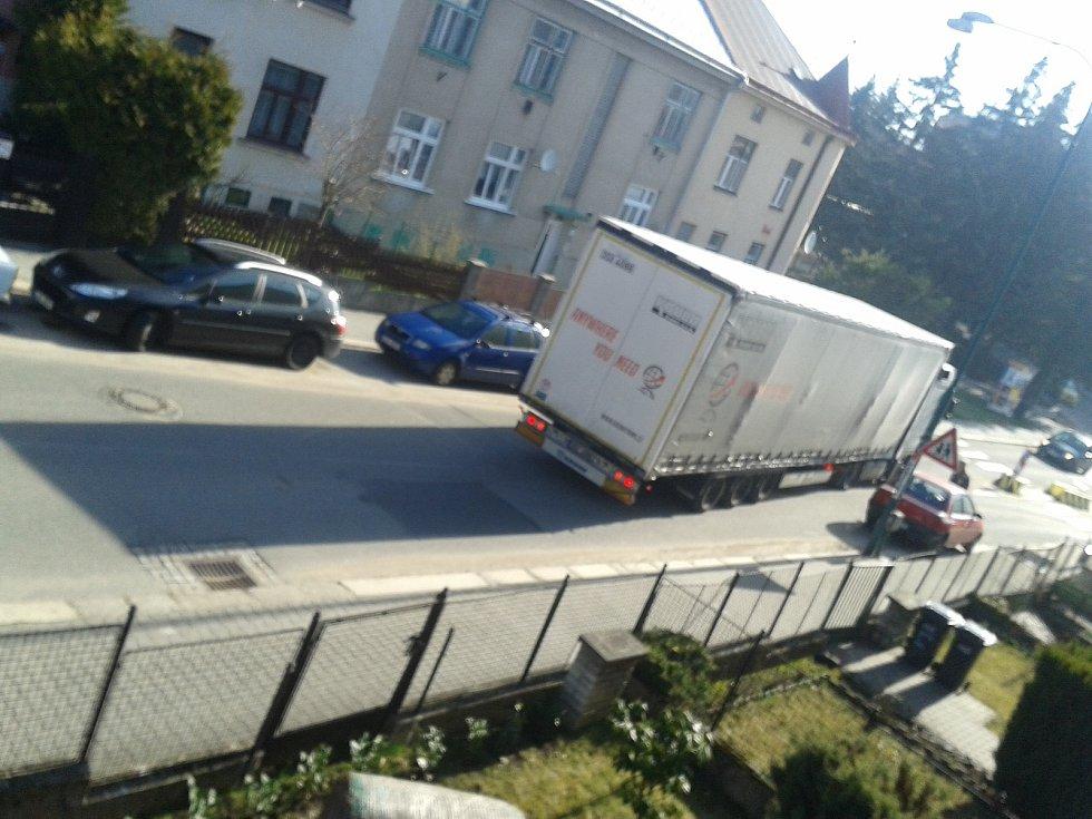 Lidem v ulici Svatopluka Čecha dochází trpělivost. Řidiče zřejmě porušující předpisy už několikrát vyfotili.