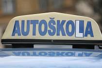 Policejní komando před více než rokem ve Velkém Meziříčí pozatýkalo tři muže kvůli podezření z korupce v autoškolách. Případ si převzali krajští vyšetřovatelé. Ilustrační foto.