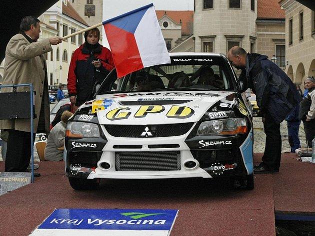 Desátý ročník Rallye Vysočina vyjížděl  z telčského náměstí časně, po půl osmé ráno. Startovní pole muselo být volné pro start Májové rallye veteránů už o půl desáté.