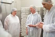 Ve výrobě. Při prohlídce výroby sýrů se i první dáma musela zahalit do ochranného pláště.