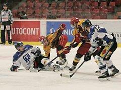 Hokejisté jihlavské Dukly si po včerejším zápase s Prostějovem stěžovali na nerozehranost, ale utkání zvládli. Hanáky udolali těsně 2:1.