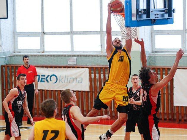Do boje. Jihlavští basketbalisté se budou v Ostravě spoléhat i na tahouna a právě smečujícího Martina Nováka.