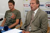 Ředitel FC Vysočina Zdeněk Tulis (vpravo) přivedl v létě k týmu trenéra Luboše Zákostelského (vlevo). Toho však vedení klubu kvůli špatným výsledkům v polovině září odvolalo.