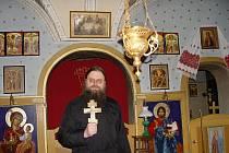 Farář Jan Baudiš se připravuje v kapli pravoslavné církevní obce na bohoslužbu.
