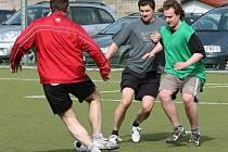 Takhle se Oldřich Bakus (uprostřed) proháněl s míčem při prvním tréninku hokejistů Dukly minulé pondělí. Po týdnu je všechno jinak. Dvaatřicetiletý centr přerušil přípravu a čeká jej schůzka, která by měla vyřešit otazníky kolem konce jeho kariéry.