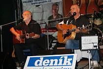 Bratři Nedvědové prodloužili kvůli Trampskému širáku letošní letní turné. Jeden z koncertů vidělo i patnáct stovek nadšených příznivců folku na Plumlovské přehradě na střední Moravě.