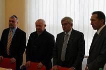 Koaliční partneři. Zleva Jaromír Kalina (KDU-ČSL), Vratislav Výborný (ČSSD), Rudolf Chloupek (ČSSD) a Jaroslav Vymazal (ODS).