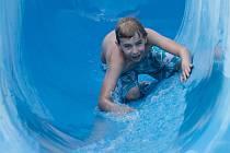Koupání ve venkovním bazénu ve Vodním ráji v Jihlavě.