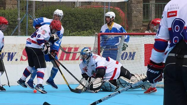 Jihlava (v bílém) doma porazila Kyjov a vykročila za dalším postupem do finále play-off Moravské hokejbalové ligy.