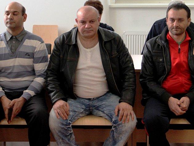 Za hromadnou bitku byli odsouzeni Marek Bažo (vlevo) a Oldřich Karša (vpravo). Dušan Diňa (uprostřed) byl obžaloby zproštěn.