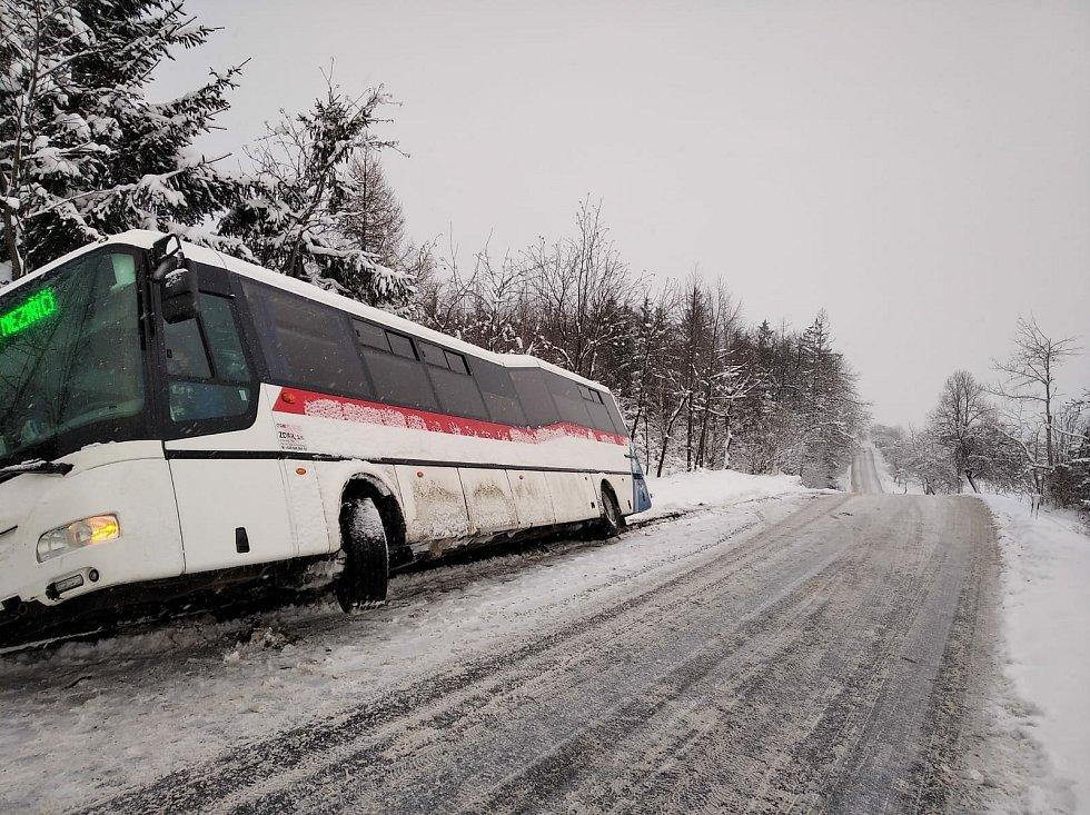 Autobus sjel na krajnici a poté do příkopu na silnici mezi Pikárcem a Křižanovem.