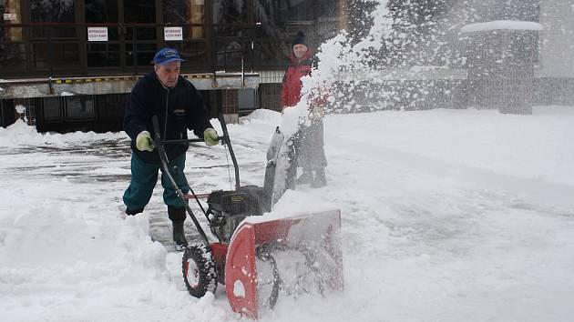 Krajské město se chystá na zimu. S odklízením sněhu pomůže až 40 pracovníků.