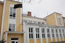 Na základní škole T. G. Masaryka v Jihlavě vlaje smuteční vlajka. Tragická smrt patnáctileté Petry z Dudína všechny zdrtila.