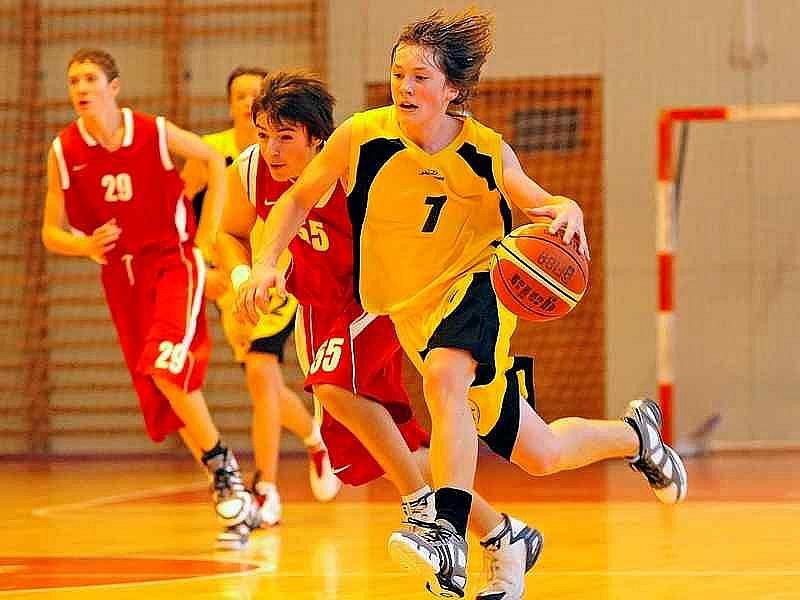 Basketbalisté Jihlavy (vlevo Ondřej Schober, vpravo Jakub Hilldemann) byli o víkendu stoprocentní.