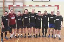 Netradiční vítězové. Výběr veteránů Pohárové středy S se mohl poprvé za 24 let, co klub pořádá předvánoční fotbalový turnaj, radovat z vítězného triumfu. V černé skupině porazil ve finále Spartak Stars.