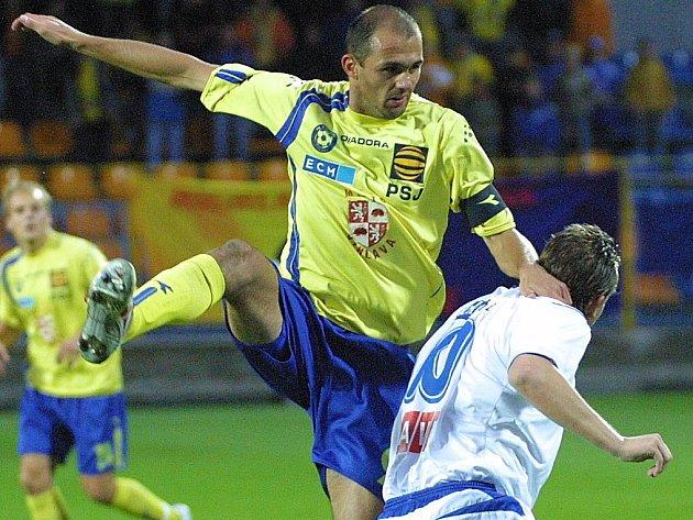 Jihlava se s Příbramí střetla v předminulé prvoligové sezoně. V obou zápasech se ovšem radovala Marila. Jeden z mála pamětníků je Michal Lovětínský (ve žlutém).