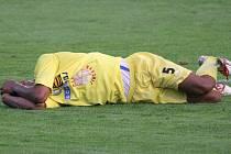 Jihlavský obránce Theodor GebreSelassie leží na trávníku po ostrém zákroku protihráče v pátečním zápase s Olomoucí B. Po závěrečném hvizdu nebylo do smíchu ani jednomu z fotbalistů Vysočiny.